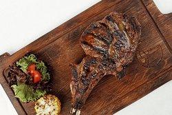 Стейк «Ковбой» по праву считается одним из самых нежных и сочных стейков! Имеет насыщенный аромат и приятную мраморную текстуру, поэтому по праву займёт место на вашем столе во время обеда или ужина!