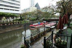 お堀のような松川沿いの景色