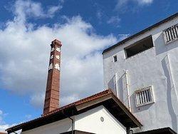 白壁とレンガ造りの煙突