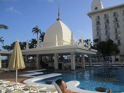 Vista de la segunda piscina y bar del hotel