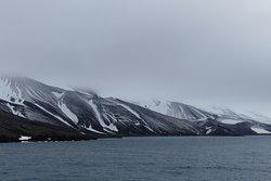 Blick auf die Berge an der Bucht