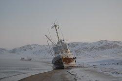 Выброшенный на берег корабль. Beached ship.