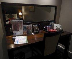 มีน้ำดื่ม ชา กาแฟและขนมคบเคี้ยวให้บริการภายในห้องพัก
