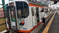 停靠在電鐵出雲市車站月台上的列車