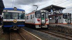三輛列車於川跡車站會合供乘客換車