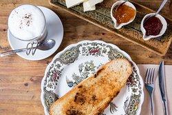 Por la mañanita!!!! Tostadas con mantequilla y mermelada.