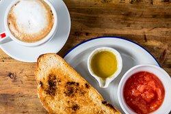 Desayuno clásico!!!!! Tostadas con tomate triturado y aceite de oliva virgen extra.