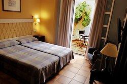 Habitación doble. Dos cama de 90 x 200. Dispone de terraza propia.