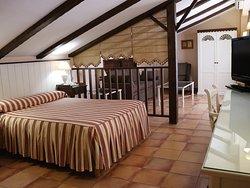 Junior suite. Cama de 150 x 200. Sofá, amplia terraza. Baño con ducha de hidromasaje.
