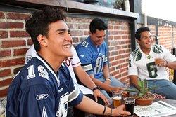 Disfrutando con amigos partidos de futbol.