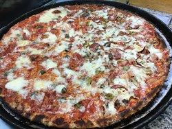 deliziosa pizza maxi metà capricciosa e metà napoli