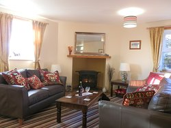 Lounge in Nelly,s cottage with Satellite TV free view.Blue ray DVD .Super fast WFI  4G warm  and comfortable .open plan to the kitchen.