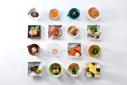 日本料理ならではの繊細な盛り付けや味わいなど、料理長こだわりの品々を存分にお楽しみ頂けます。