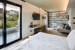Pool junior suite, 34 mq, vista piscina e montagna, ampio balcone con due uscite, dal 1 al 4 piano, camera doppia con possibilità di terzo letto