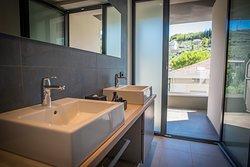 Lake Junior suite, 38 mq, bagno con balcone vista montagna e piscina, secondo e ampio balcone con vista lago!