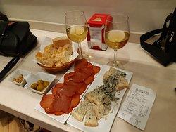 Lomo, cabrales, aceitunas, pan y dos copas de verdejo... 18,20€