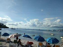La plage de l'hôtel. Vue sur la baie de Fort de France et un ponton direct pour y aller sans problème un A/R 7 €