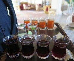 นี่คือ เวลคัมดริ้ง เป็น น้ำ ทับทิม และ น้ำผลไม้ อื่น ท่านเลือกหยิบดื่มได้ตามใจ ชอบ ครับ