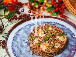 Dietary side dish of buckwheat with mushrooms