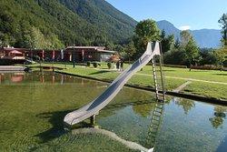湖にそのまま入れる滑り台