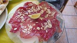 Carpaccio de ternera con virutas de queso parmesano