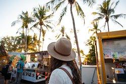 Der Mindil Beach Sunset Market ist Darwins beliebtester Markt. Er findet donnerstags und sonntags zwischen 16 und 21 Uhr am Mindil Beach statt. Holen Sie sich einen Mango-Smoothie oder eine berühmte Laksa-Nudelsuppe und genießen Sie den Sonnenuntergang am Strand. Geöffnet von April bis Oktober.
