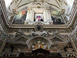 Витраж с фресками над центральным входом.