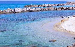 Difficile potere aspirare a qualcosa di meglio per una vacanza dove il mare è il protagonista. Il mare che avete davanti è uno dei più limpidi d'Italia. La parte più affascinante è senz'altro la breve distanza che vi separa dalla spiaggia di sabbia che è di soli 10 metri. Vista da MARINA HOLIDAY HOME