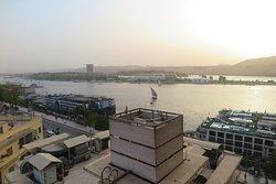 วิวจากระเบียงห้องพัก จะเห็น เรือสำราญ จอด อยู่ ริมแม่น้ำไนล์ ครับ