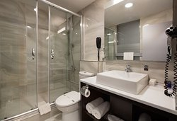 Bathroom of Twin Bed Suite