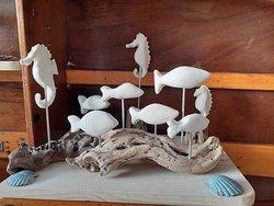 Sculptures en os de seiche sur bois flotté