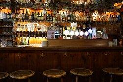 За барной стойкой