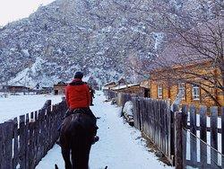 Traversée à cheval d'un village au coeur de l'Altaï