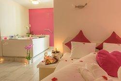 Aparthotel Garni dala Leukerbad - einzigartig unsere Romantiksuite mit Privat-Whirlpool; die romantische Dekoration wird liebevoll von uns persönlich vorbereitet (auf Anfrage).