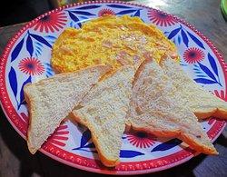 Breakfast. Homelet eggs with sliced bread. Desayuno. Huevos omelet con pan rebanado.