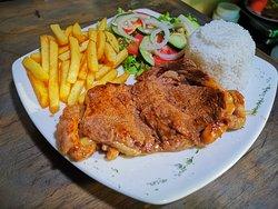 Lomo de res con papas fritas, ensalada de vegetales y arroz. Beef terderloin with french fries, vegetable salad and rice.
