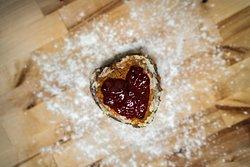 Cafetería y Pastelería Zimt especialistas en cinnamon rolls. Cinnamon roll especial de San Valentín.