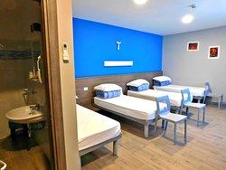 Camera con 4 letti, bagno, TV ed aria condizionata