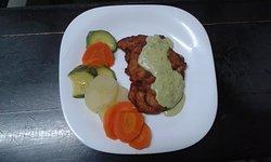 pechuga rellena empanizada con verduras y puré de papas