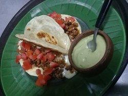 Quesadilla Pastor: tortilla crocante con un sabroso relleno de carne especiada, con queso y tomate.