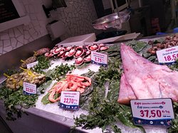 Fish to choose from on the counter with prices indicated per item or weigh