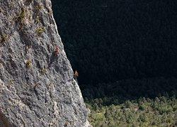 Kassia escalade la dernière longueur de l'Arete Ouest dans les gorges de la Jonte