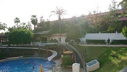 Vue sur la piscine depuis le balcon de la chambre.