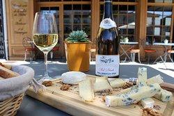 Crozes Hermitage Domaine de la Mule blanche 2016 accompagné d'une belle planche de fromages.
