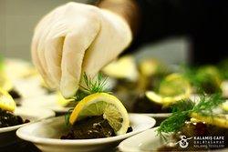 Zeytinyağlı Yaprak Sarma; Özenle donatılmış masanıza, Ege'den eşsiz bir lezzete yer ayırmak ister misiniz?