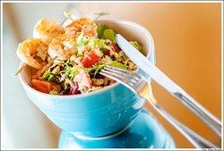 Salada Tropical c/ Queijo mix de folhas, frutas da estação, queijo feta e molho mostarda ao balsâmico e mel. Stick de Camarão