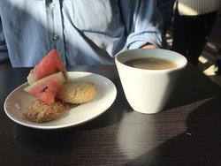 Gott kaffe, vattenmelon och en liten kaka eller två blir en perfekt avslutning.