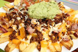 ¡PAPAS MEXICANAS! Papas fritas, carne molida, salsa de queso, salsa de aguacate, pico de gallo, gratinadas con queso.  ¡RECOMENDAMOS NO VENIR COMIENDO!