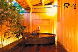 露天風呂付客室松風庵の1部屋 信楽焼きの湯船に浸かってゆっくりと季節の風を感じてください。こちらのお部屋には内湯もついております。