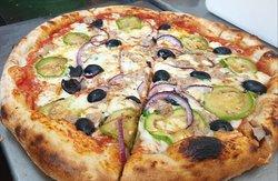 Base Margherita tonno cipolla viola olive nere zucchine